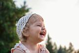 Девочка смеется и показывает зубы