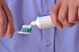 colocando pasta dental sobre un cepillo de dientes