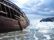 Naufragio di una nave su scogliera con cielo blu
