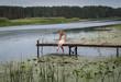 Молодая женщина на реке.