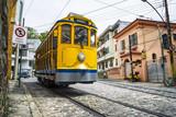 Iconic Bonde tramwaju podróżuje wzdłuż ulic niegodziwości turystycznej Santa Teresa w Rio de Janeiro w Brazylii