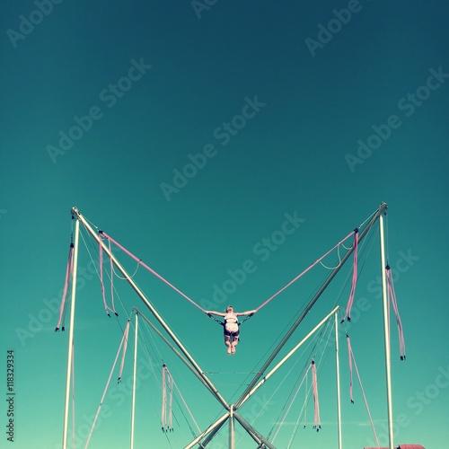 Zdjęcia na płótnie, fototapety, obrazy : Mädchen beim Bungee Trampolin Springen