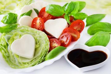 Mozzarella und Tomaten mit Basilikum