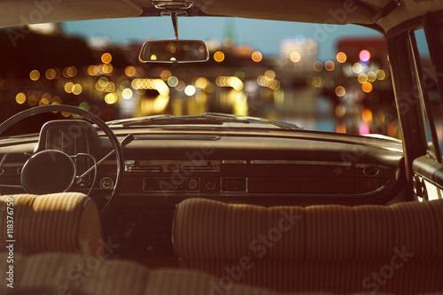 Wnętrze stary samochód przed bokeh tłem