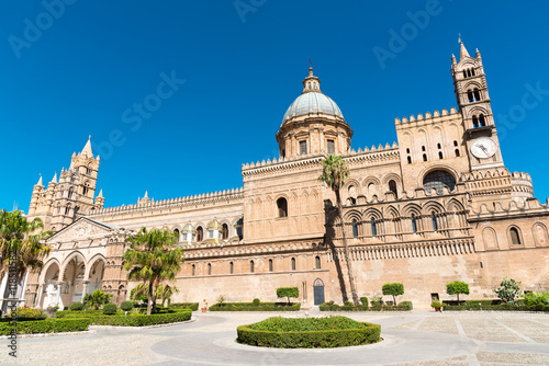 Papiers peints Palerme The beautiful cathedral of Palermo, Sicily, on a sunny day