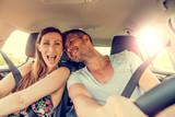 Fototapety Paar beim Auto fahren
