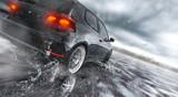 Szybki samochód na mokrej drodze