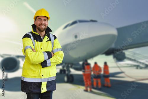 Bodenpersonal Luftverkehr - Logistiker am Flughafen - Portrait Poster