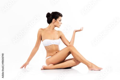 Piękna kobieta z doskonałym ciałem - uroda i pielęgnacja ciała