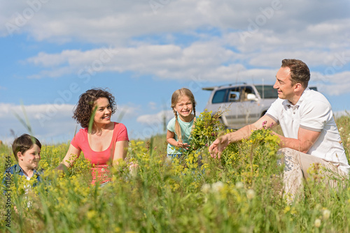 Billede Happy family enjoying road trip and summer vacation