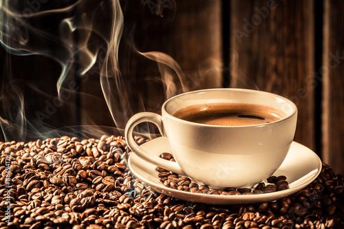 Papiers peints Café en grains Taste coffee cup with roasted grains