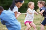 Fototapety Gruppe Kinder beim Tauziehen
