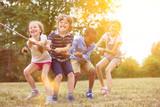 Gruppe Kinder beim Tauziehen - 118746105
