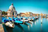 Widok na Pejzaż Wenecji na bazylikę Santa Maria della Salute z gondole na Wielkim Kanale w Wenecji. Technika obrazu długiego narażenia z poruszonymi łodziami
