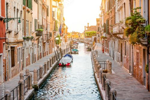 maly-romantyczny-kanal-wodny-w-regionie-dorsoduro-w