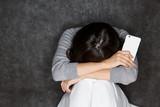 スマートフォン / 悩む女性