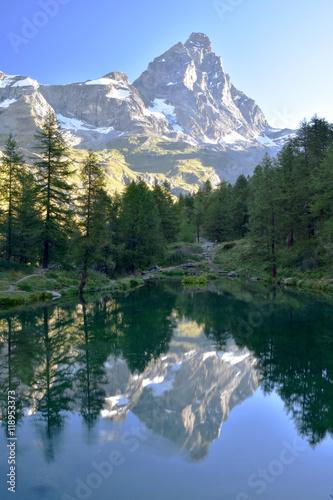 il Cervino,si riflette sulle acque del lago Blu Poster
