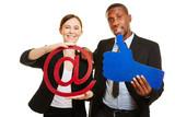 Geschäftsleute mit Symbolen für Internet