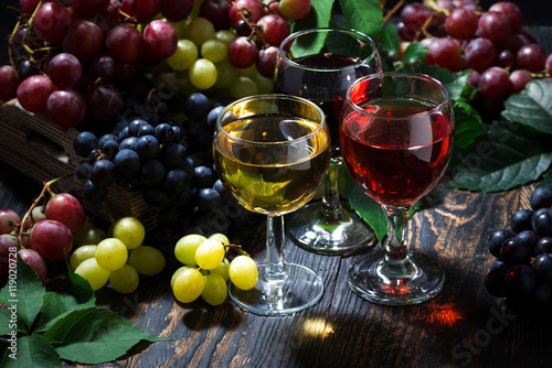 Panel Szklany assortment of wine on wooden background