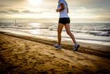 Donna corre in spiaggia all
