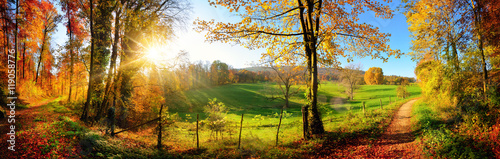 Leinwandbild Motiv Zauberhafte Landschaft im Herbst: sonniges Panorama von ländlicher Idylle