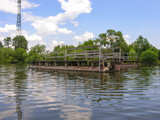 Металлическая конструкция причала у домика на берегу озера