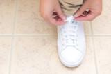 靴ひもを結ぶ