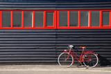 Vélo rouge vintage et cabane