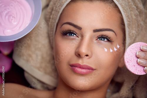 Ładna młoda kobieta z twarzową maską