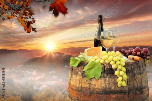 biale-wino-z-beczka-na-slynnej-winnicy-w-chianti