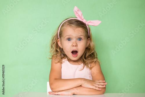 Девочка открыла рот от удивления