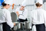 Fototapety Kantinen-Küche mit Köchinnen während der Arbeit