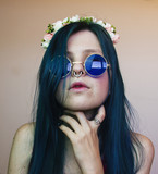 Retrato de una chica joven, alternativa con un toque hippie