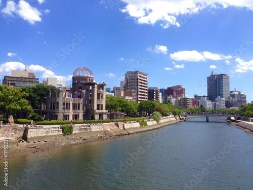 広島の街並みと原爆ドーム
