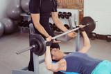 Fototapety trainer mit sportler beim krafttraining