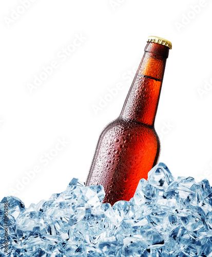 brown-zamglone-nad-butelka-piwa-na-lodzie