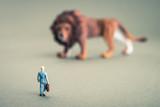 ライオンとミニチュアの人間 - 119573153