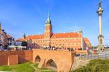 Fototapety Warszawa, widok na Plac Zamkowy oraz fragment średniowiecznych murów miejskich od strony ulicy Podwale