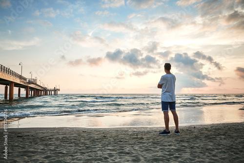 Poster Ragazzo al tramonto in spiaggia