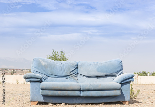 Billede a blue sofa in the outdoors against a blue background