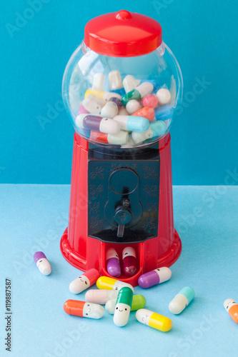 Leinwanddruck Bild Bunte Pille mit froehlichen Gesichtern