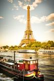 vista della Tour Eiffel con la Senna ed una chiatta