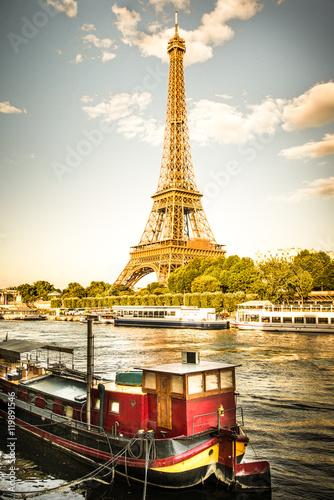 Papiers peints Tour Eiffel vista della Tour Eiffel con la Senna ed una chiatta