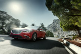 Czerwona prędkość samochodu jazdy na asfalcie drogowego w pobliżu górskich w ciągu dnia