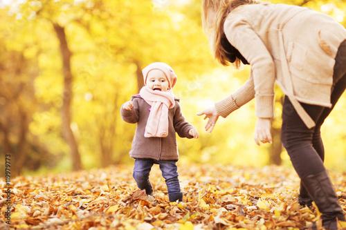 Fotobehang Zwavel geel erste Schritte mit dem Kind