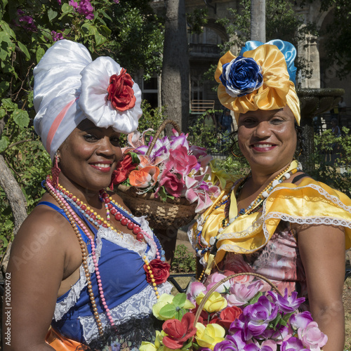In de dag Havana Kuba; Kubanerinnen mit Blumenkorb in der Innenstadt von Havanna.