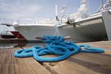 Corda blu con bitta d'ormeggio
