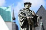 Denkmal Martin Luthers auf dem Marktplatz von Eisleben, seiner Geburts- und Sterbestadt, Deutschland - 120104996