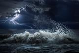 ciemna burza oceanu z lgihting i fal w nocy