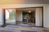 terrasse maison donnant sur la salle à manger - 120275304